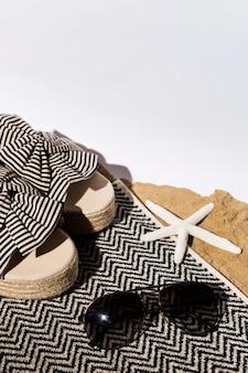Sapatos de verão de ângulo alto e óculos de sol