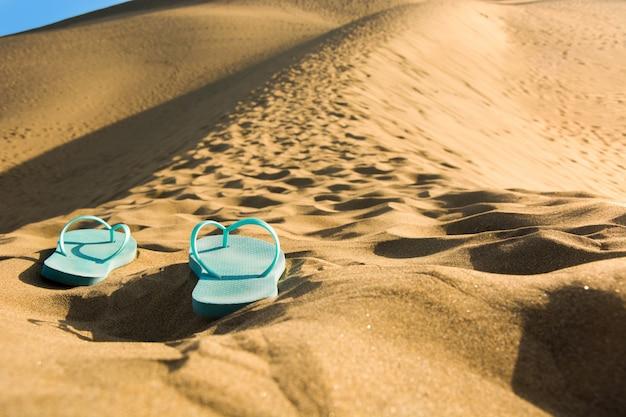 Sapatos de verão nas dunas de areia