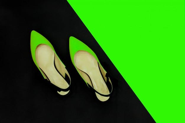 Sapatos de verão preto verde néon.
