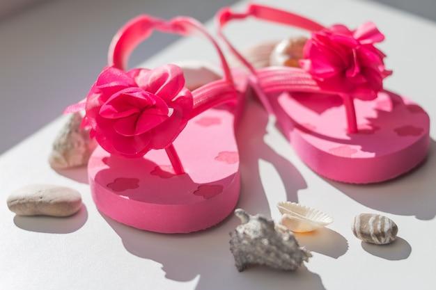 Sapatos de verão rosa para crianças.