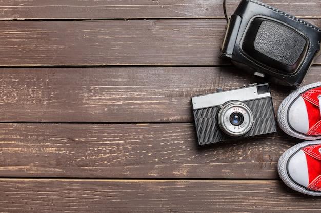 Sapatos desportivos e câmara vintage