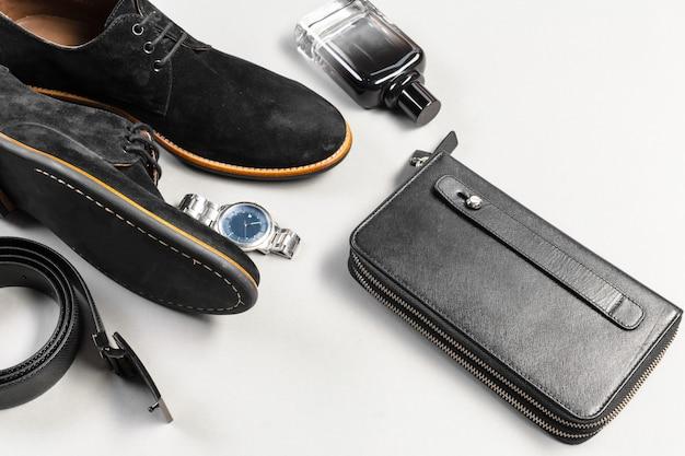 Sapatos e acessórios para homens estavam no chão de madeira