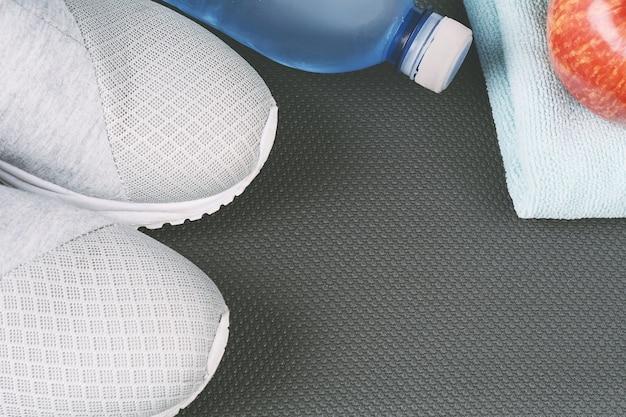 Sapatos e água com conjunto para atividades esportivas