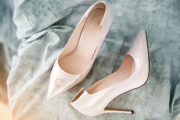 Sapatos e anéis de casamento