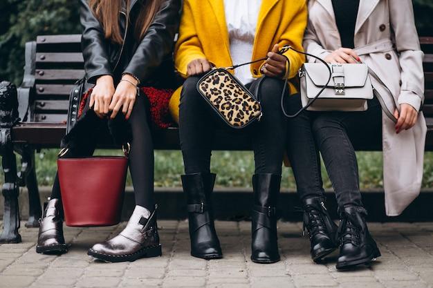 Sapatos e bolsas de perto