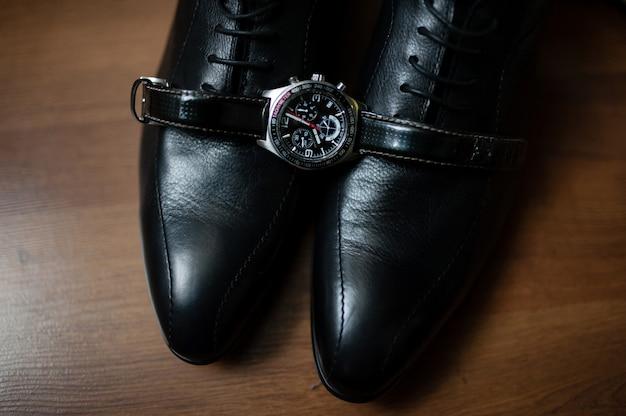 Sapatos e relógios masculinos