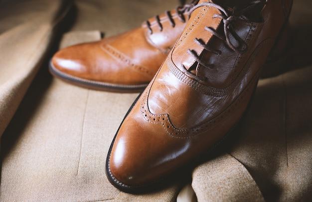 Sapatos e terno elegantes para homens