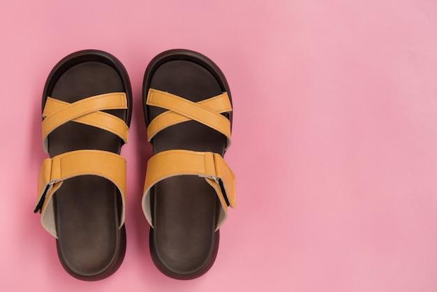 Sapatos elegantes de couro amarelo