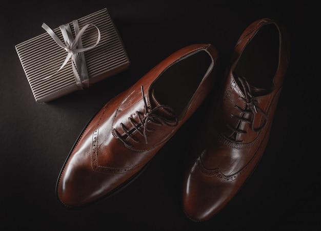 Sapatos elegantes e caixa de presente