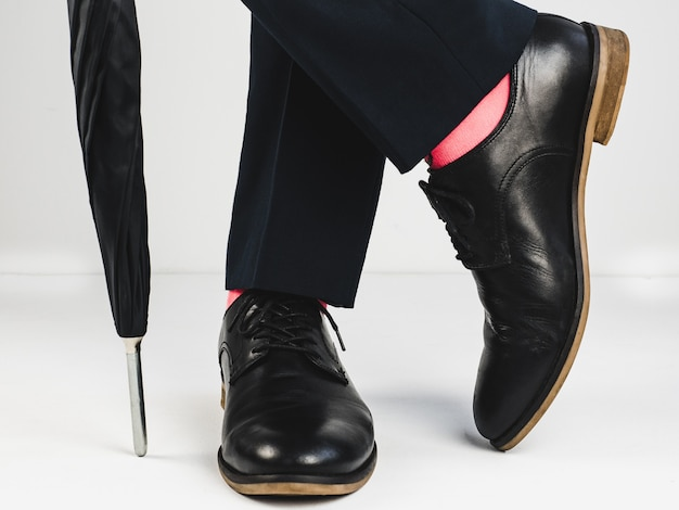 Sapatos elegantes e meias brilhantes