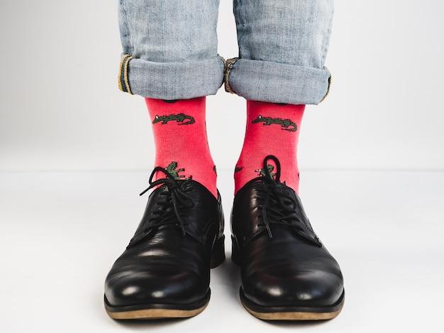 Sapatos elegantes e meias engraçadas