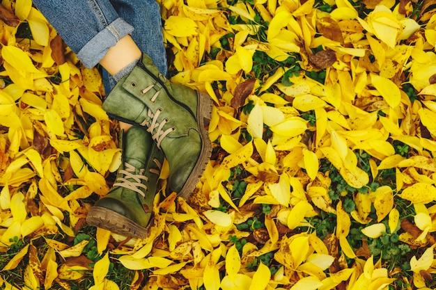 Sapatos em folhas de outono amarelas