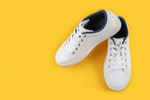 Sapatos esportivos brancos, tênis com cadarço