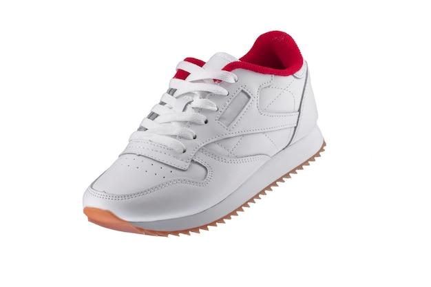Sapatos esportivos. sapatilha branca com detalhes em vermelho sobre um branco