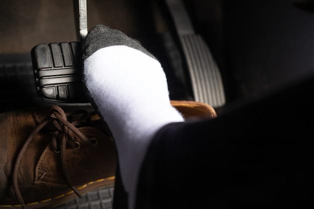 Sapatos evitam que o pedal do freio cause perigo.