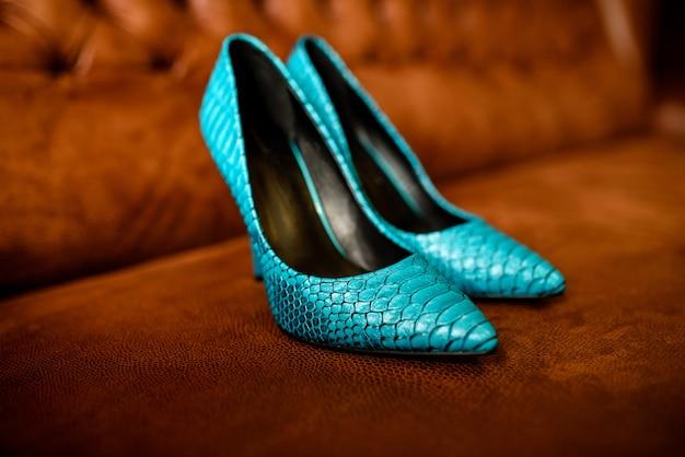 Sapatos femininos azuis.