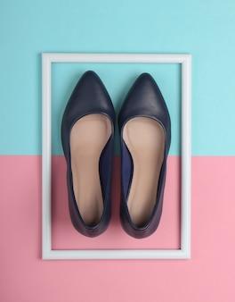 Sapatos femininos clássicos de salto alto em superfície azul-rosa pastel com moldura branca
