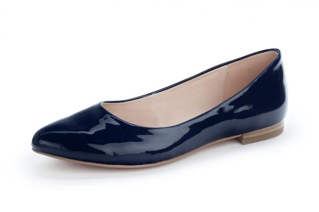 Sapatos femininos com sola plana isolada no branco