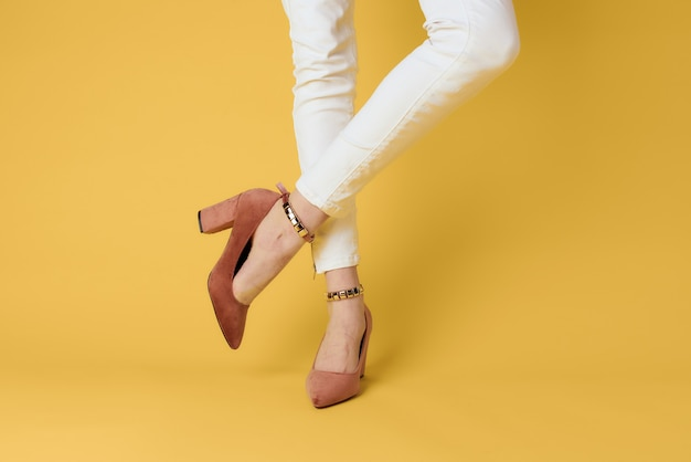 Sapatos femininos da moda de luxo fundo amarelo estilo elegante