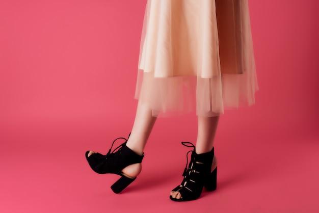 Sapatos femininos da moda posando com vista recortada de fundo rosa