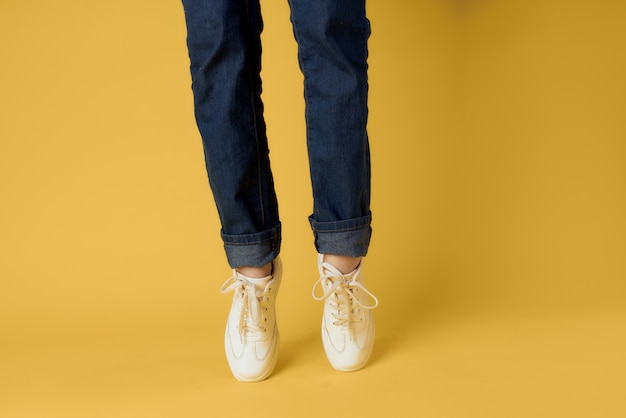 Sapatos femininos da moda vista recortada em fases de fundo amarelo