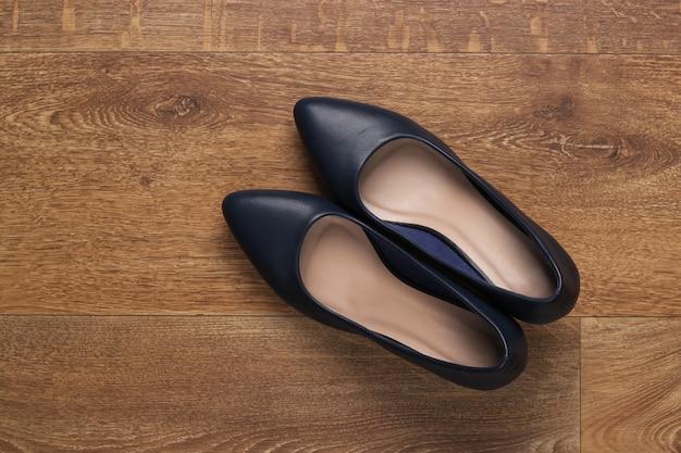 Sapatos femininos de couro com salto no chão. vista do topo