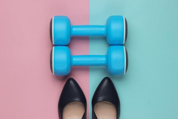 Sapatos femininos de salto alto esporte leddys com halteres em fundo pastel conceito de fitness e moda