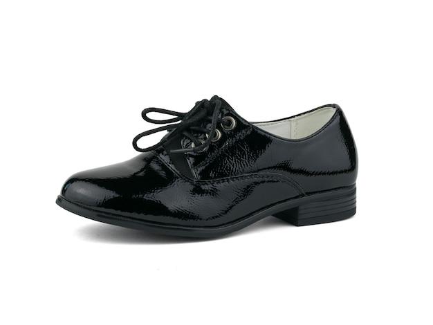 Sapatos femininos elegantes com atacadores isolados no fundo branco. sapatos escolares da moda.