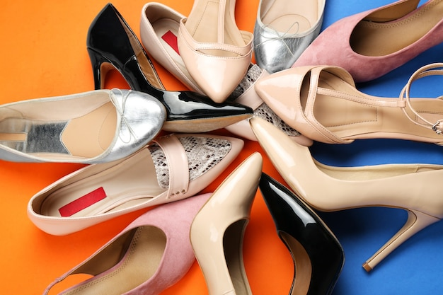 Sapatos femininos elegantes em cores