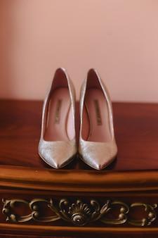 Sapatos femininos elegantes para celebrações e casamentos, vestidos de noiva e detalhes