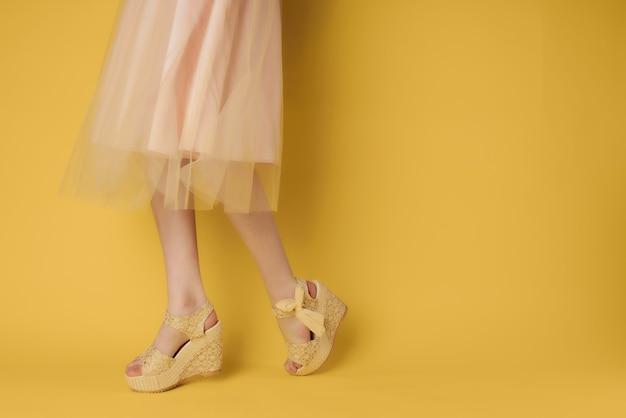 Sapatos femininos posando de moda verão