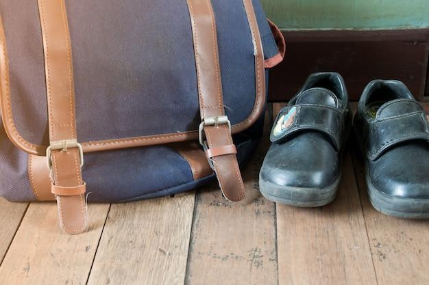 Sapatos grunge e mochila escolar, não está pronto para a escola