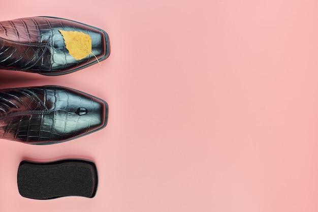 Sapatos impermeáveis de outono com gotas de chuva e uma esponja de esmalte