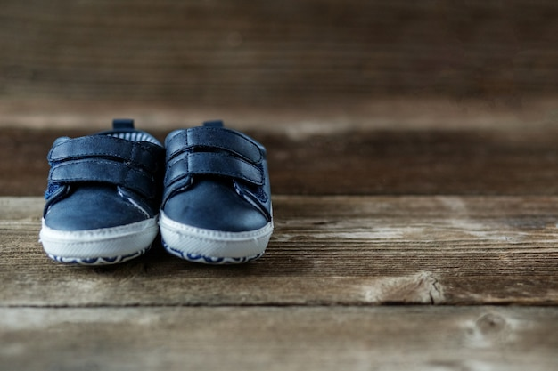 Sapatos infantis modernos na moda.