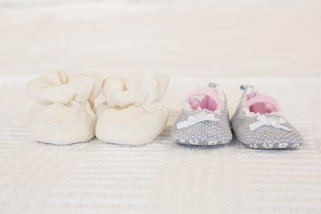 Sapatos infantis na cama