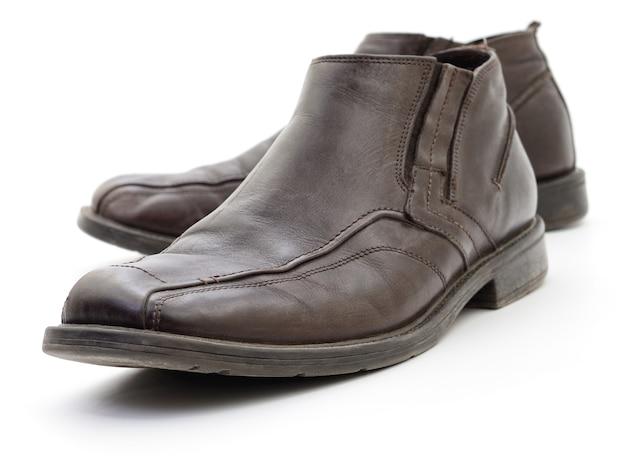 Sapatos marrons escuros masculinos isolados no branco.