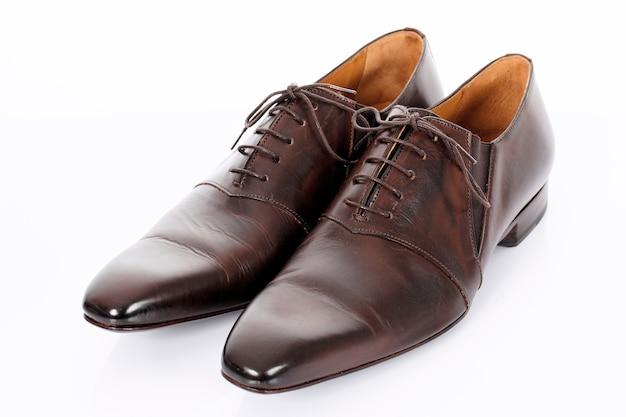Sapatos marrons isolados no fundo branco em estúdio
