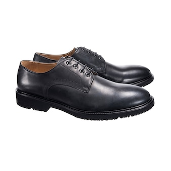 Sapatos masculinos clássicos com couro brilhante com atacadores isolados em uma superfície branca, acessório para sapatos