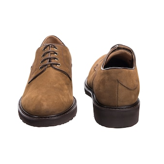 Sapatos masculinos clássicos com couro camurça isolado na superfície branca