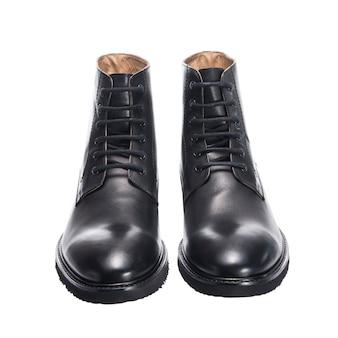 Sapatos masculinos clássicos de couro alto com atacadores isolados na superfície branca