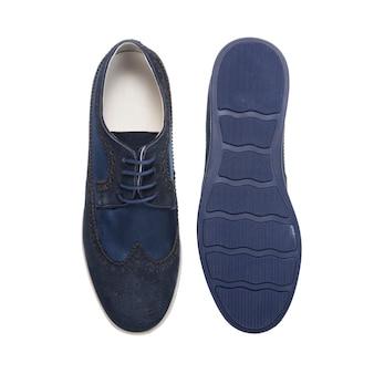 Sapatos masculinos combinados com atacadores com sola branca isolada na superfície branca