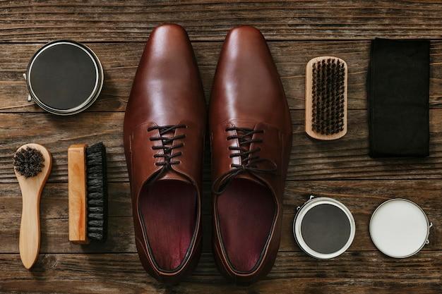 Sapatos masculinos de couro com ferramentas de polimento em estilo vintage