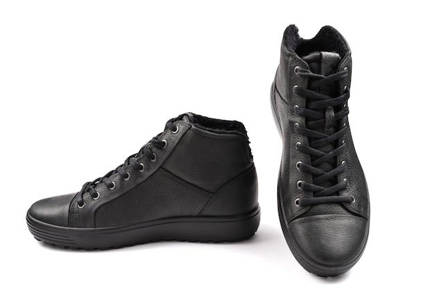 Sapatos masculinos de couro preto em um fundo branco.