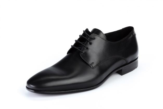 Sapatos masculinos de couro preto formal isolados no branco