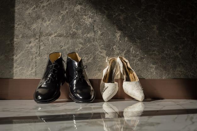 Sapatos masculinos e femininos elegantes para cerimônia de casamento