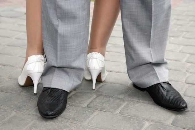 Sapatos masculinos e femininos vestidos para o povo
