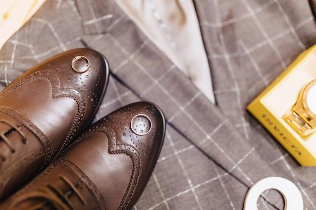 Sapatos masculinos e roupas elegantes, tema de férias e casamento