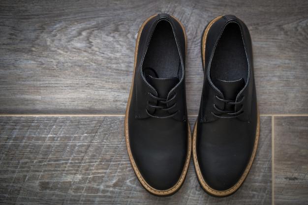 Sapatos masculinos elegantes clássicos