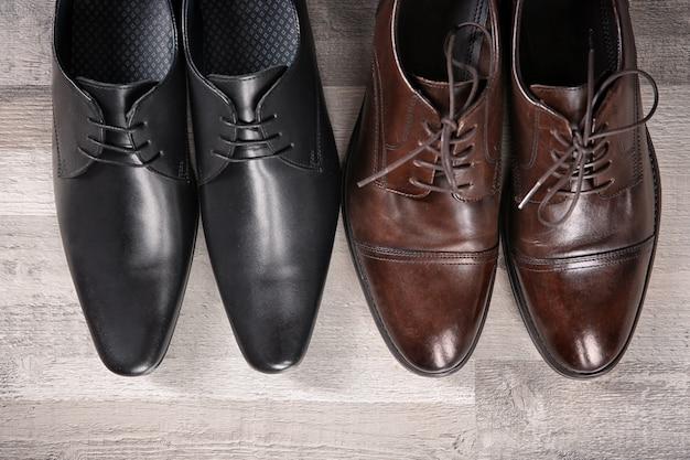 Sapatos masculinos elegantes de couro no chão, vista de cima