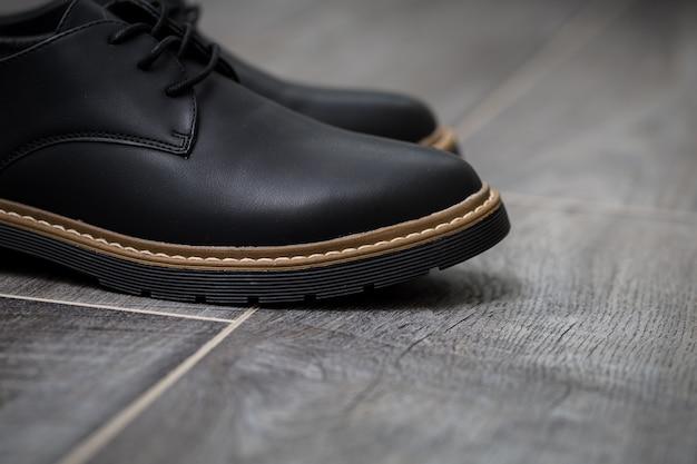 Sapatos masculinos elegantes e clássicos